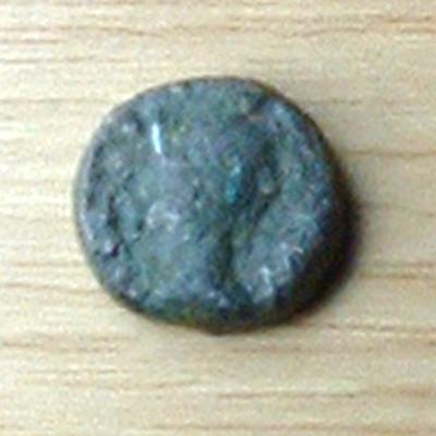 Bronze au dauphin, - après 49 AC. Petit_13