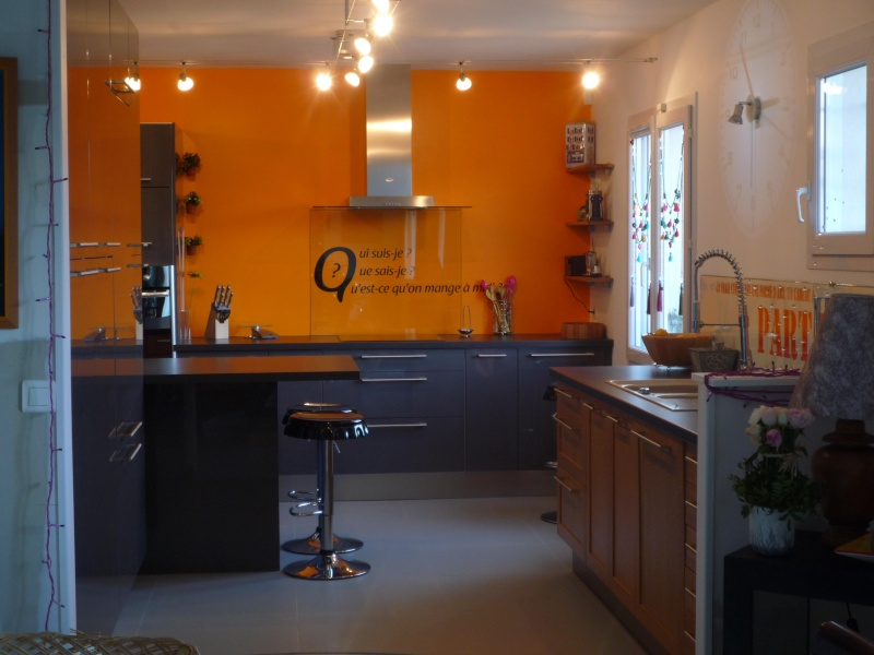 Cuisine avec mur orange for Deco cuisine gris et orange